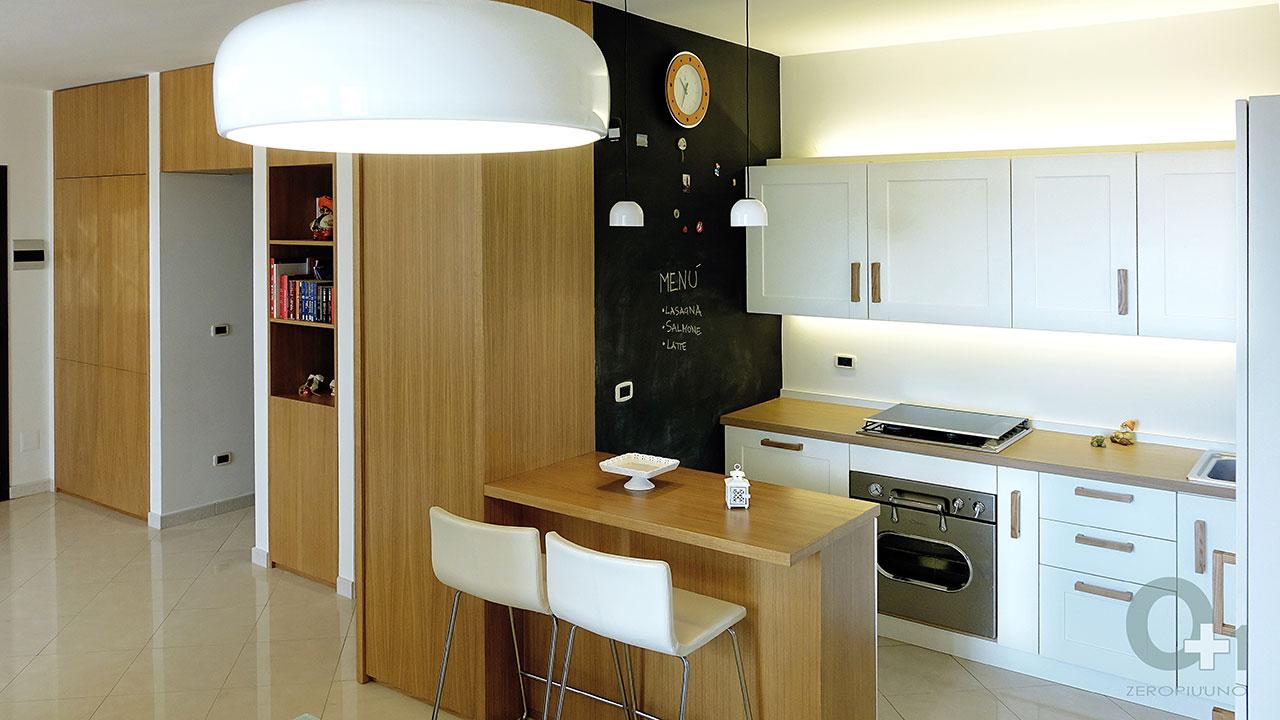 Idee per decorare parete cucina con mensola cubo bianca e idee
